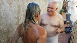 Vov Dando Banho Na Novinha Que Conheceu Na Praia Paty Bumbum – Vovo Doidera – El Toro De Oro